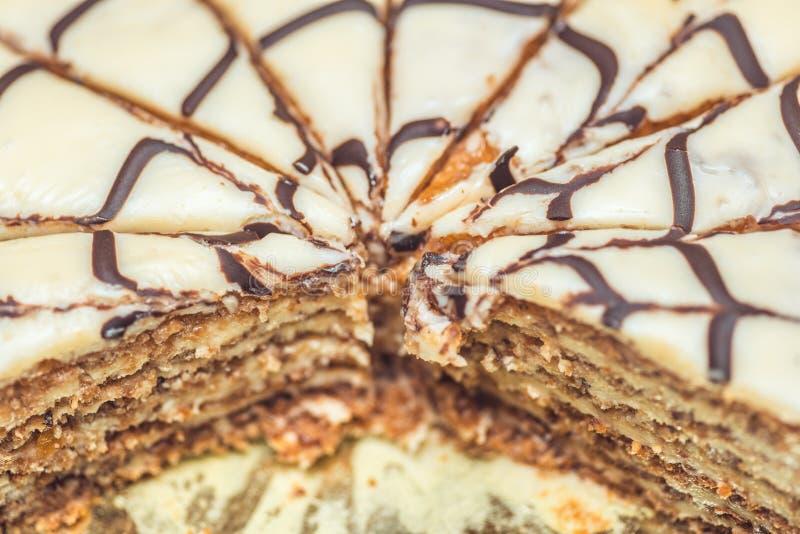 艾什泰哈齐奶油蛋糕蛋糕被切开成片断 地道食谱,匈牙利和奥地利点心,从上面看法,特写镜头 免版税库存图片