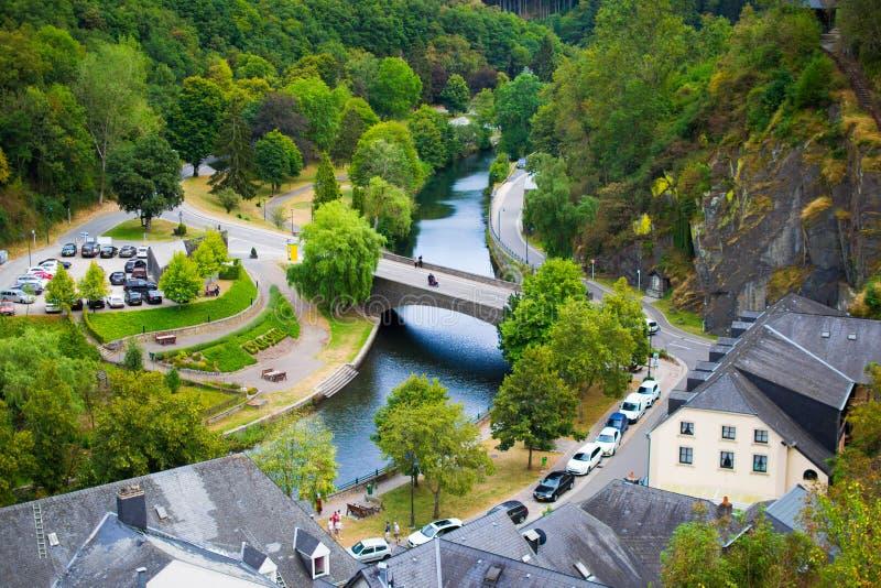 艾斯科苏尔肯定和肯定的河和桥梁看法从城堡,在卢森堡 库存图片