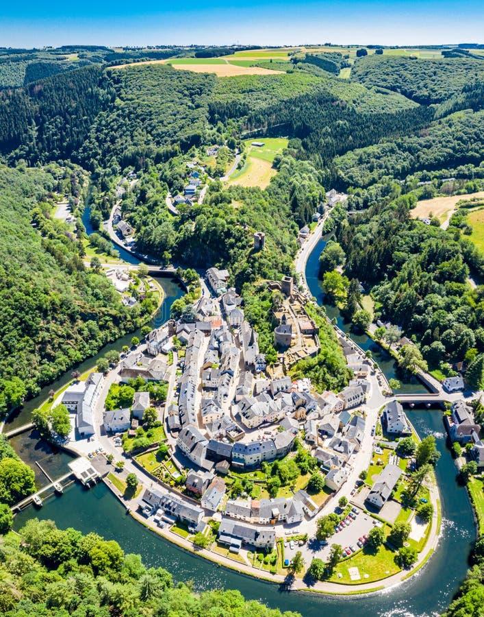 艾斯科苏尔肯定,中世纪镇鸟瞰图卢森堡的,控制由城堡,小行政区Wiltz在迪基希县 免版税库存图片