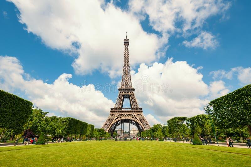 艾菲尔铁塔和庭院 免版税库存照片