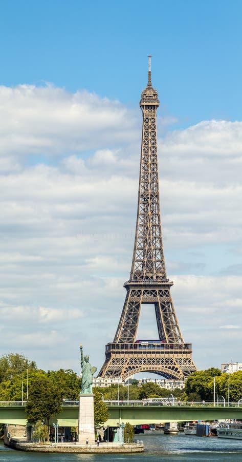 艾菲尔铁塔和自由雕象在巴黎 库存照片