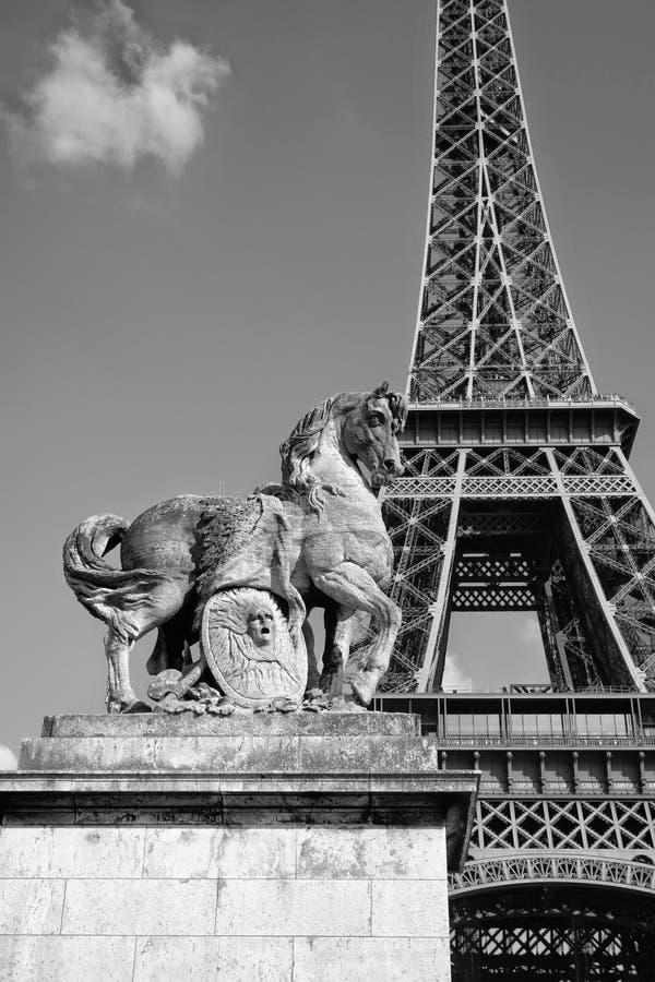 艾菲尔铁塔和雕象 免版税库存图片