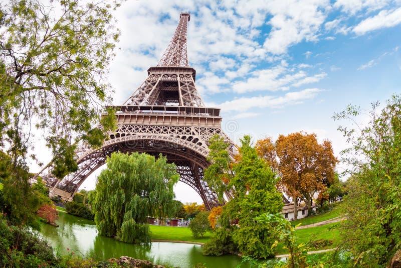 艾菲尔铁塔在巴黎近法国和池塘 图库摄影