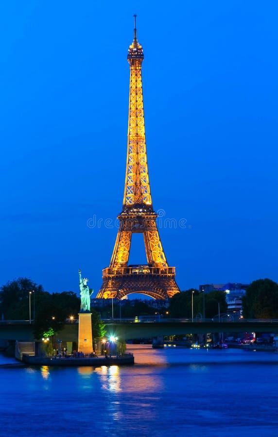 艾菲尔铁塔游览在晚上被照亮的埃菲尔,巴黎,法国 免版税库存照片