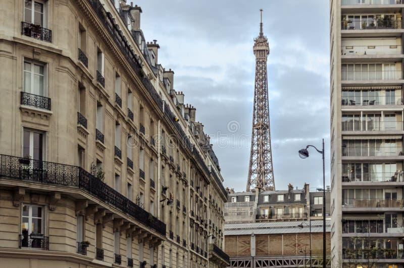 艾菲尔铁塔由大厦围拢了 库存图片