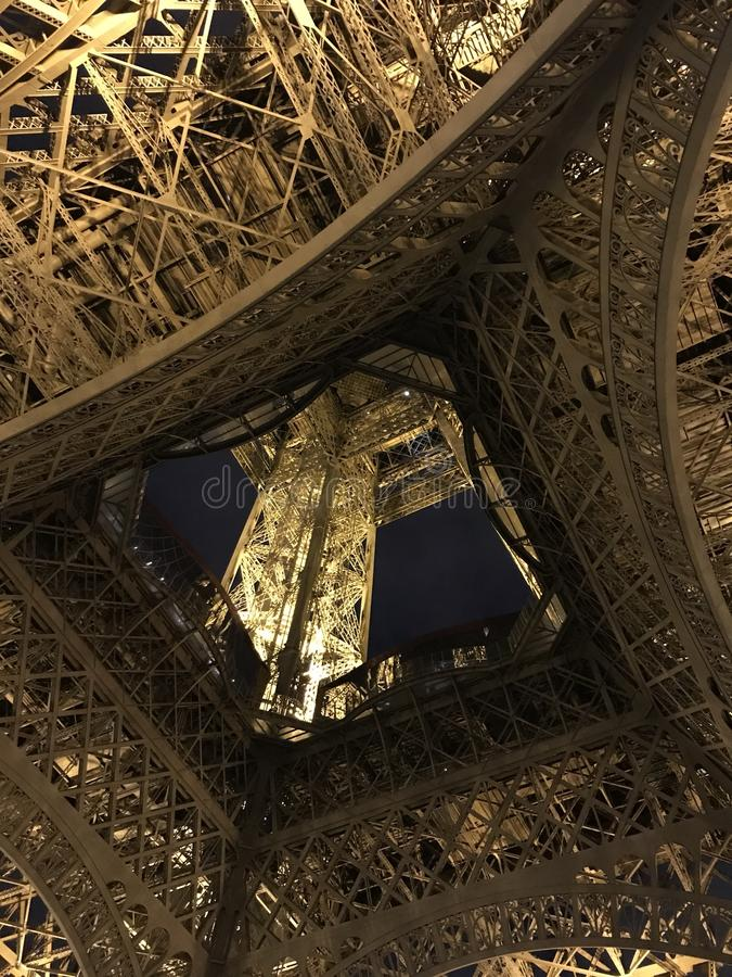 艾菲尔铁塔的下面视图 免版税图库摄影