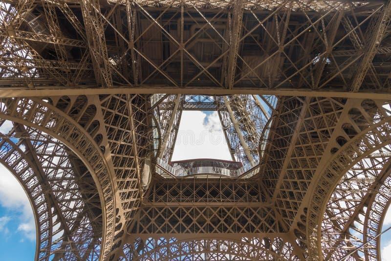 艾菲尔铁塔的下面 免版税库存图片
