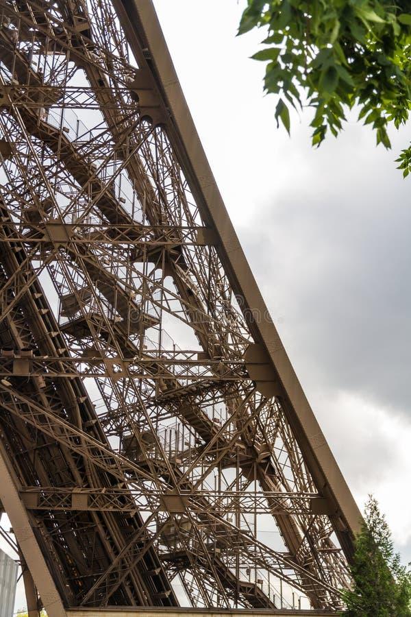 艾菲尔铁塔的下面 免版税图库摄影