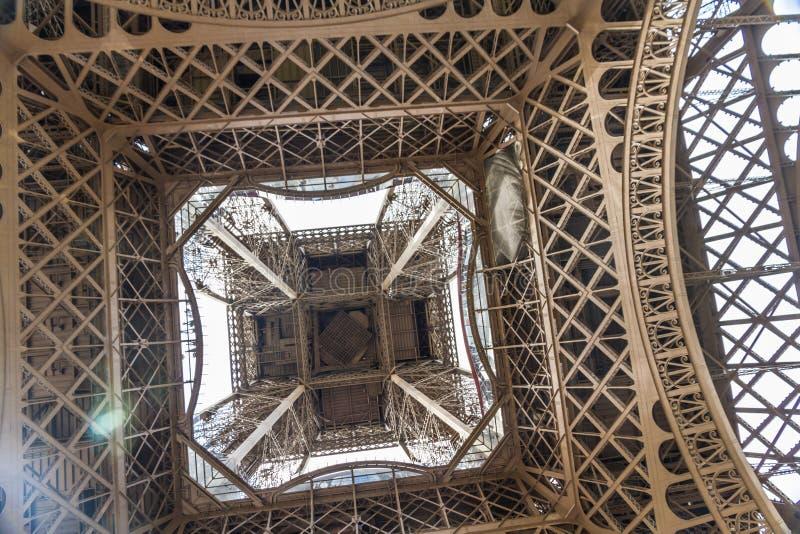 艾菲尔铁塔的下面 库存照片