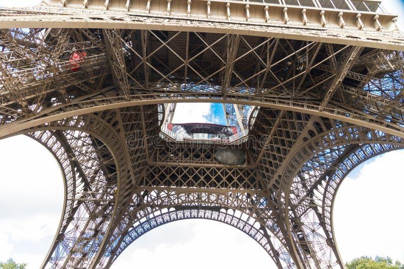 艾菲尔铁塔的下面 免版税库存照片