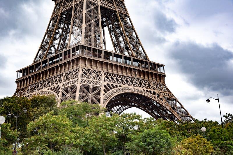 艾菲尔铁塔的低部 法国巴黎 库存照片