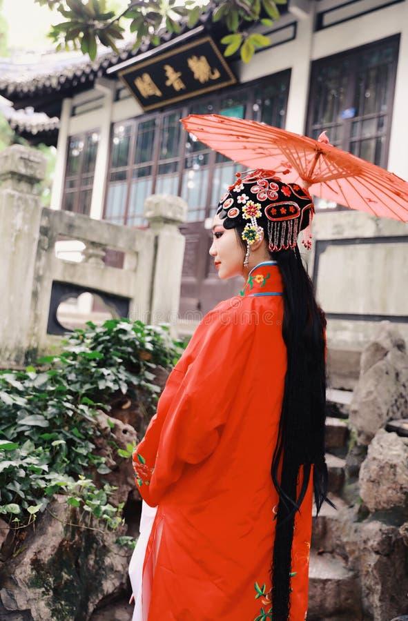 艾萨中国女演员北京京剧服装亭子庭院中国传统戏曲戏剧礼服执行古老遮阳伞 免版税库存照片