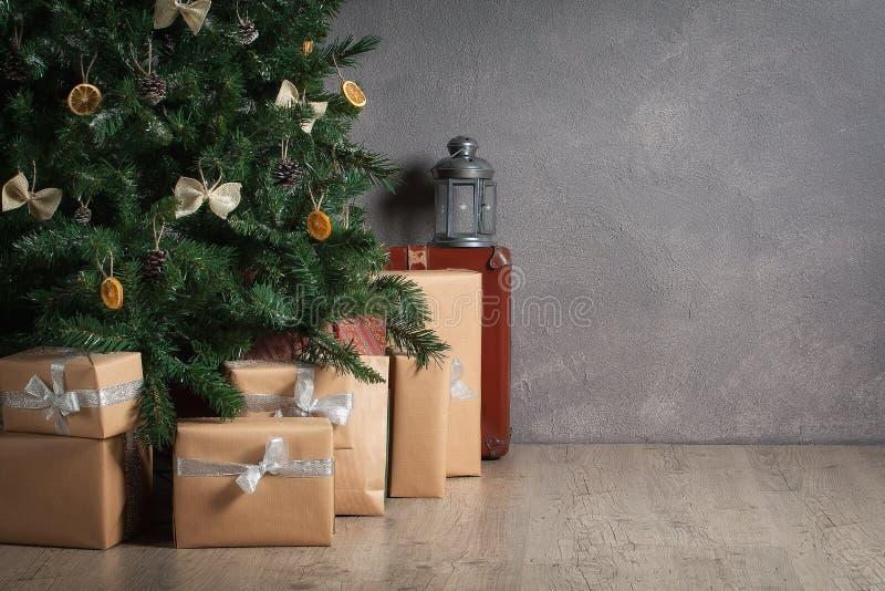 节假日 圣诞树和礼物在织地不很细背景 免版税图库摄影