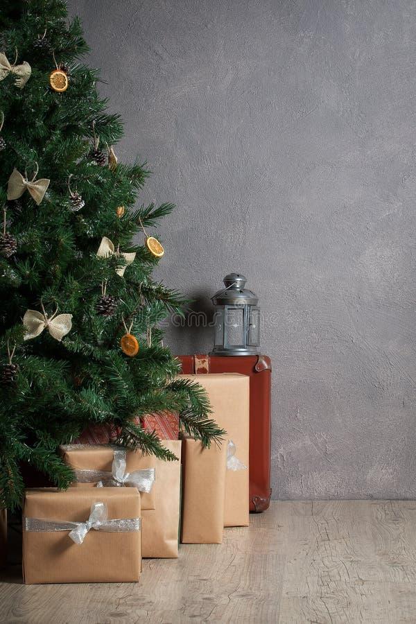 节假日 圣诞树和礼物在织地不很细背景 库存图片