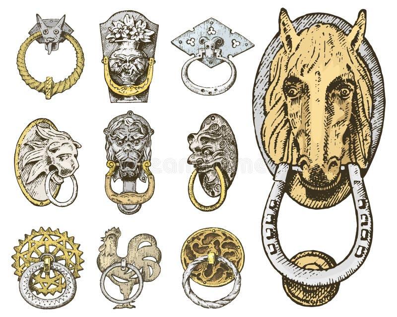 细节古老大厦 建筑装饰元素、木门把手、敲门人或者把柄 狮子和马 皇族释放例证
