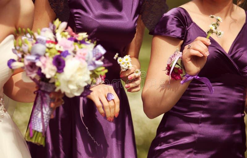 细节和新娘和女傧相有花的 免版税图库摄影