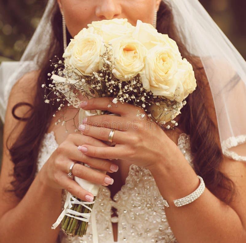 细节新娘的玫瑰花束和手举行 库存照片