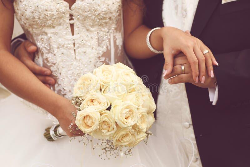 细节新娘的玫瑰花束和手举行 库存图片