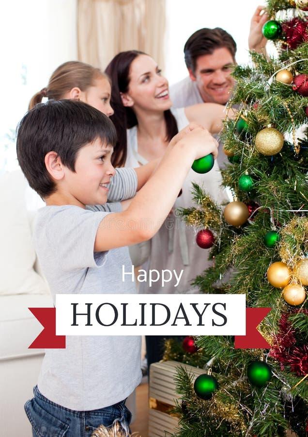 节日快乐与装饰树的家庭的文本 库存图片