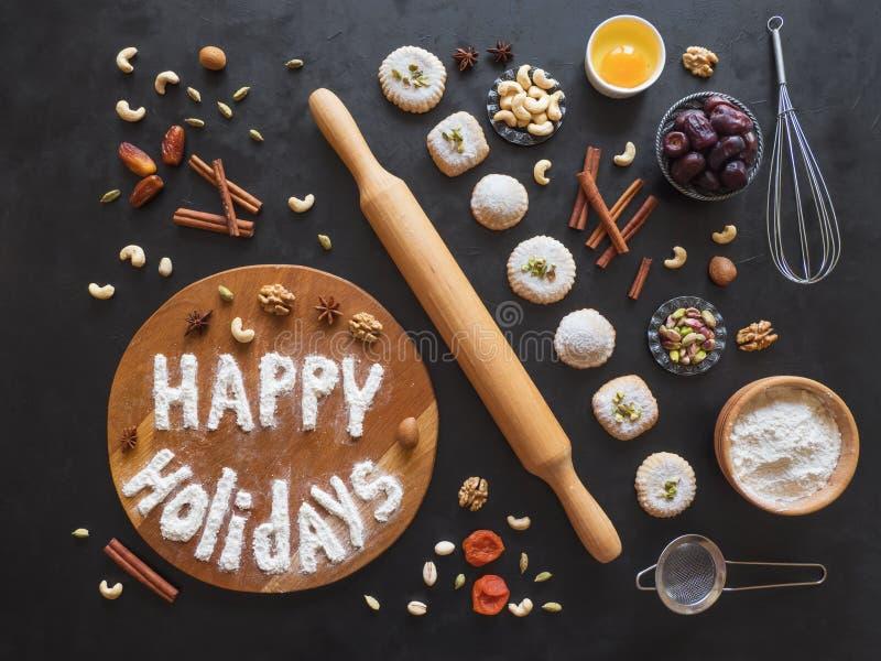 节日快乐食物背景 鸡蛋、面粉和坚果在一张黑桌上被计划 库存照片