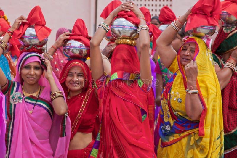节日的印度妇女在拉贾斯坦游行 库存照片