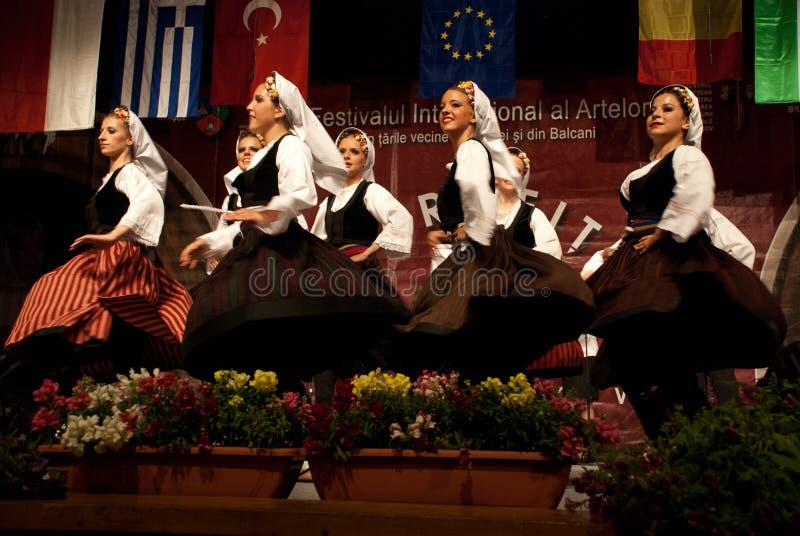 节日的塞尔维亚人民间舞蹈 免版税库存照片