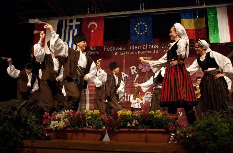 节日的塞尔维亚人民间舞蹈 免版税图库摄影