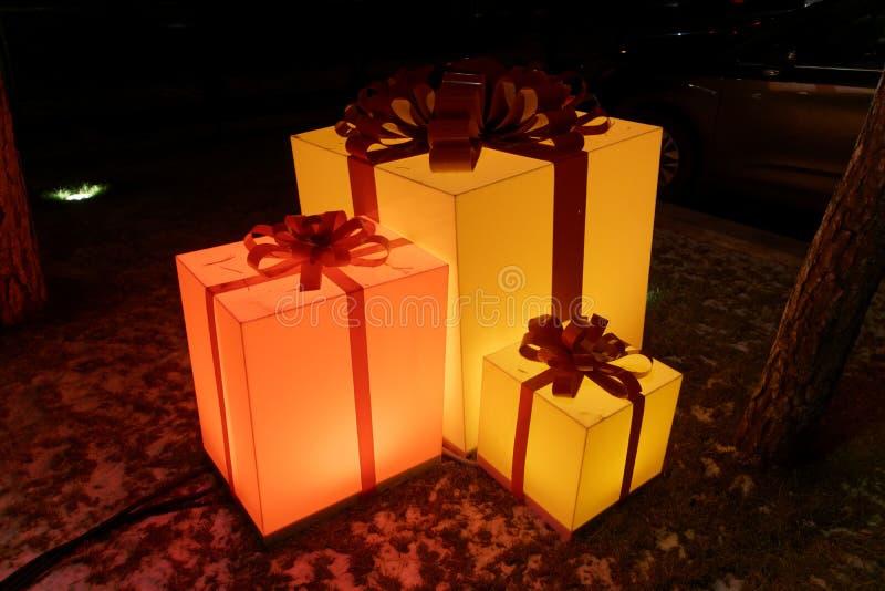 节日礼物喜欢在低灯情况的黄灯箱子 库存照片