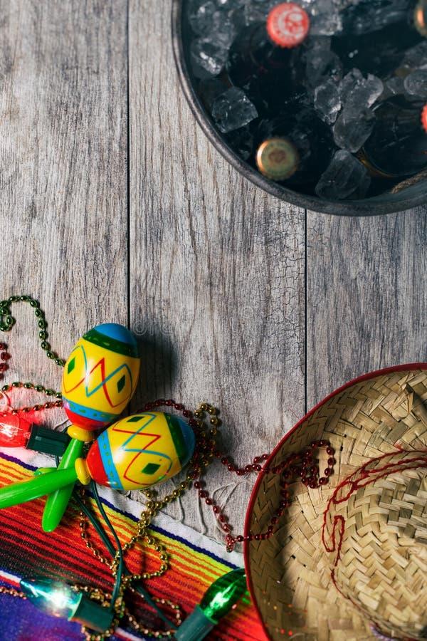 节日:桶与阔边帽和Maracas的啤酒 库存图片