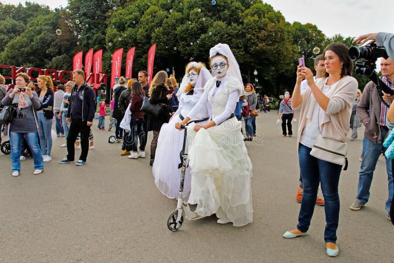 节日`明亮的人`的女性街道艺术家在公园Gorkogo城市天在莫斯科 库存图片