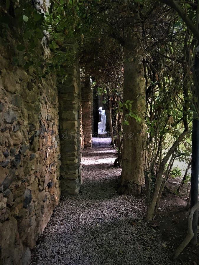 节目-在Pubol、经典雕象和自然的Dalì城堡 库存照片