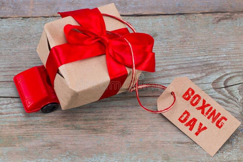 节礼日概念 交付有ta的红色玩具汽车礼物盒 库存照片