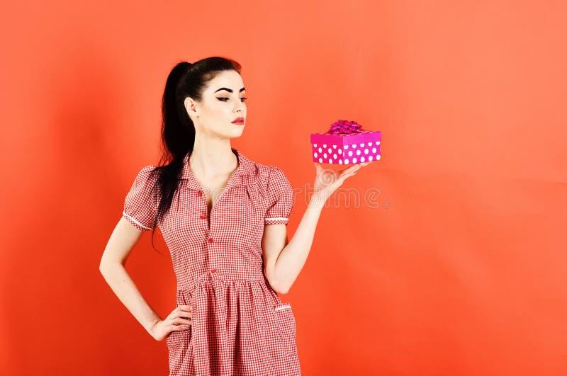 节礼日概念 妇女拿着明亮的桃红色礼物组装节礼日 图库摄影