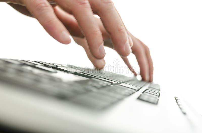 Download 细节被弄脏的男性手键入 库存图片. 图片 包括有 冲浪, 使用, 详细资料, 互联网, 键盘, 工作场所 - 30328109