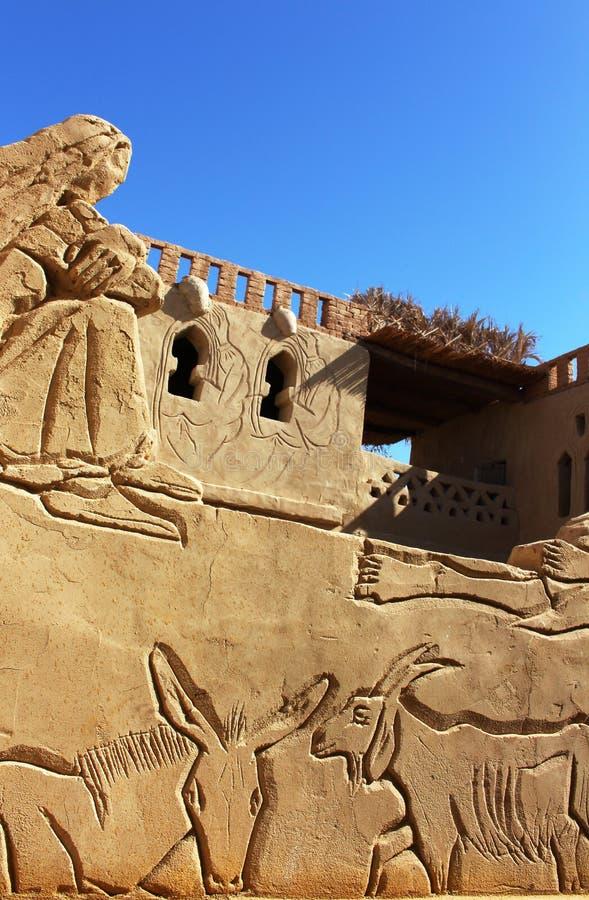 细节雕刻在地方埃及艺术家拥有的巴德尔博物馆,巴德尔阿卜杜勒Moghni阿里, Farafra绿洲,埃及 免版税库存照片