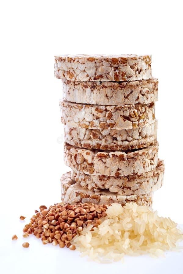 节食与在白色背景隔绝的荞麦和米五谷的米糕堆 免版税库存照片