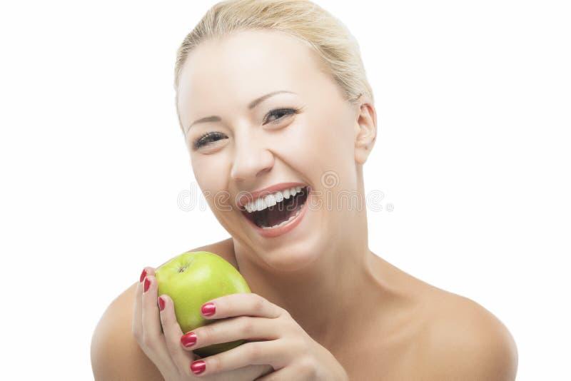 节食与绿色苹果计算机的愉快的微笑的妇女 健康生活方式, 库存照片