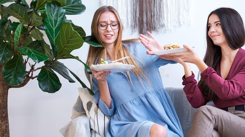 节食的妇女身体好概念的 做发怒胳膊的妇女签字拒绝垃圾食品或便当 那有许多 免版税库存图片