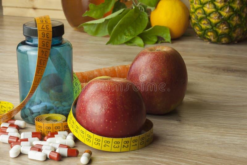 节食食物、苹果汁、蔬菜和水果,概念饮食,维生素补充 免版税图库摄影
