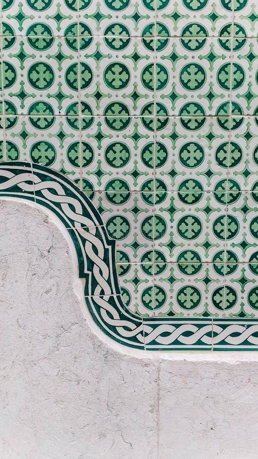 细节azulejos与石墙的瓦片绿色 免版税库存图片