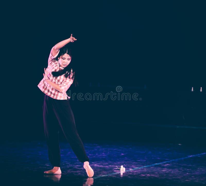 芒廷村8丁香舞蹈戏曲的妇女老师 库存图片