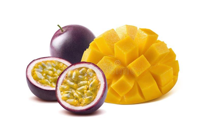 芒果切了maraquia在白色背景的西番莲果 库存照片