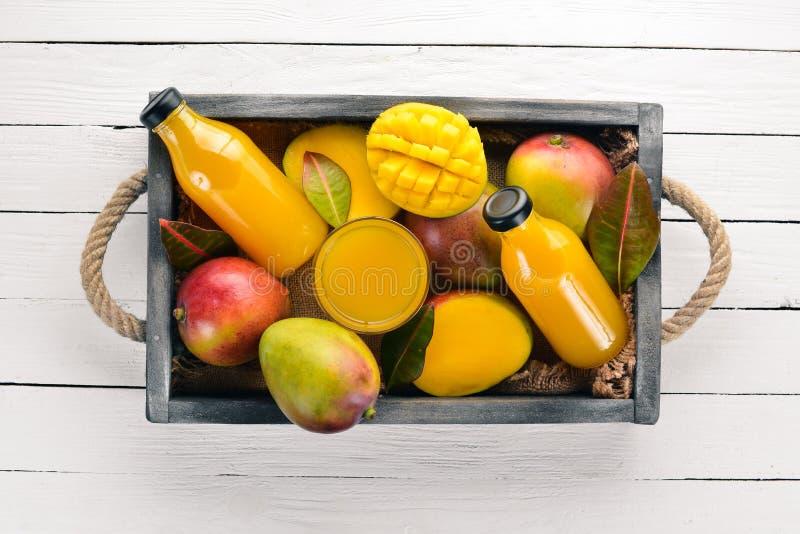 芒果和汁液在一个木箱 向量例证