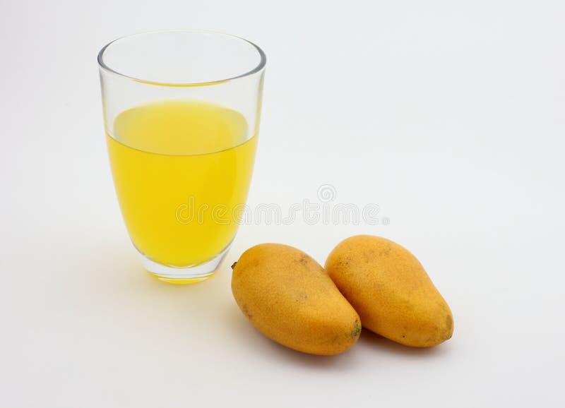 芒果汁和新鲜的芒果 图库摄影