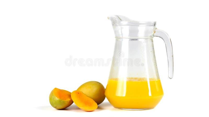 芒果汁,在白色背景 库存图片