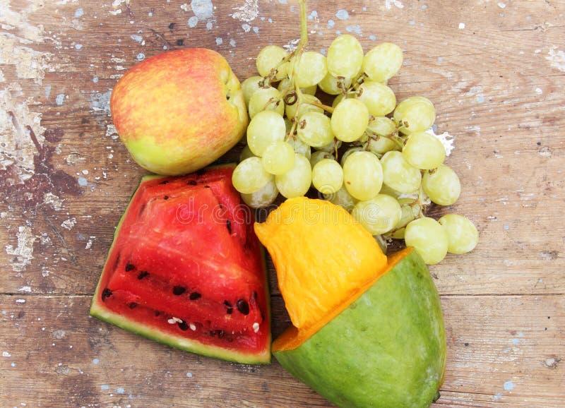 芒果用绿色葡萄用西瓜和苹果结果实 库存图片