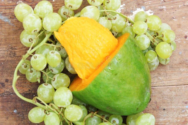芒果用绿色葡萄 图库摄影
