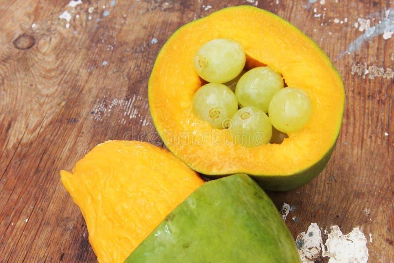 芒果用绿色葡萄 免版税图库摄影