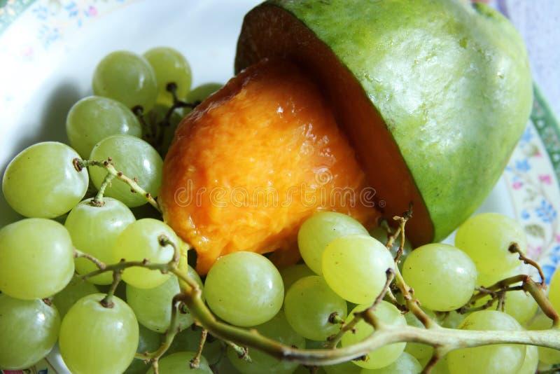 芒果用绿色葡萄 库存图片