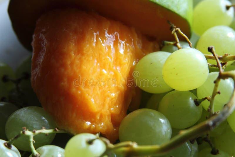 芒果用绿色葡萄 免版税库存图片